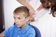 Die Elektroden werden mit Paste am Kopf angeklebt.